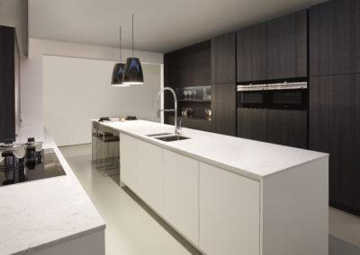 Keuken modern, greeploos, model 45Picasso, poederlak en fineer eik fondant lintzaag