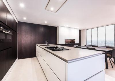 Keuken modern, greeploos, fineer hout / wit