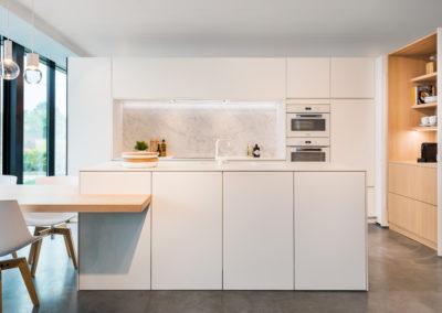 Keuken modern, greeploos, model Nano, kleur wit / Fineer eik puur