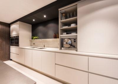 Keuken modern, greeploos, model 45Picasso, poederlak, kleur Soft