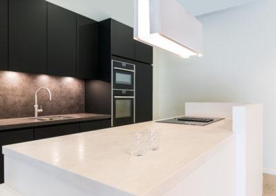 Keuken modern, greeploos, model Nano, kleur wit en zwart supermat