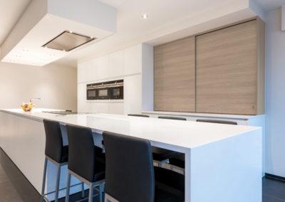 Keuken modern, greeploos, model Picasso, poederlak, kleur Signal wit