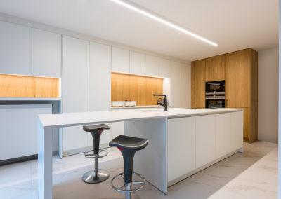 Keuken modern, greeploos, laminaat wit en fineer eik puur