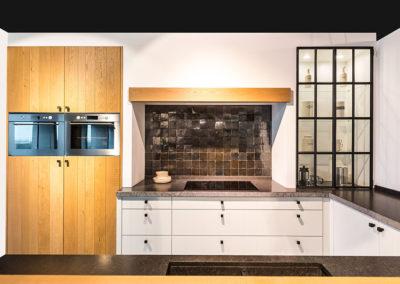 Keuken landelijk, model Dali, poederlak wit en model Kansas, massief hout lintzaag
