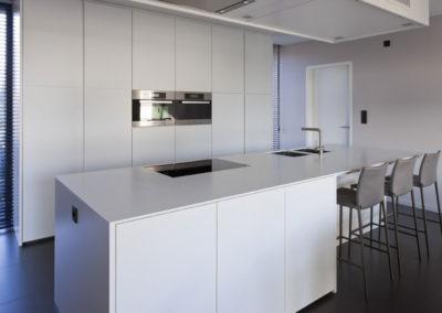 Keuken modern, greeploos met koffiehoek - inschuifdeuren